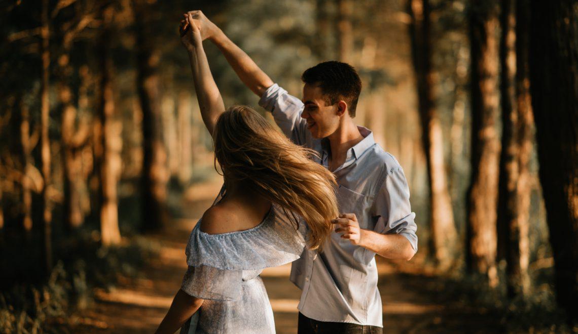 Couple danse bois
